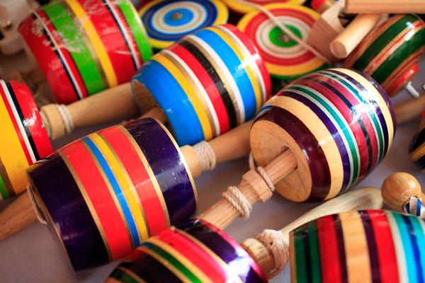 En el Mercado de artesanías de Coyoacán encuentras juguetes como yoyos y baleros