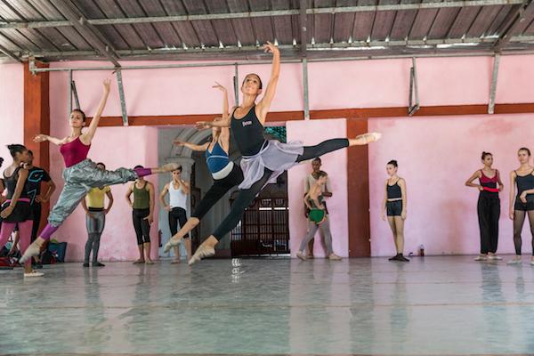En sus sesiones se combinan el sistema inglés y el cubano a través de ocho niveles
