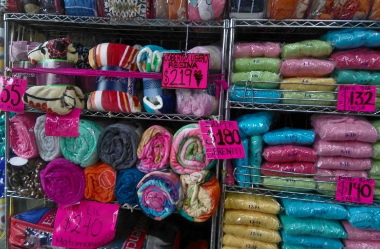 La calle del centro hist rico donde venden cobijas y edredones - Tienda de cortinas madrid ...