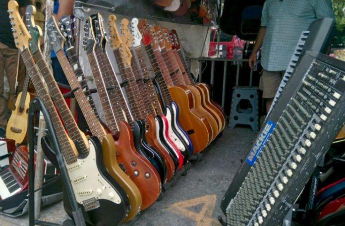 El Bazar Musico Cultural de Tasqueña está lleno de instrumentos musicales, incluyendo algunos muy extraños.