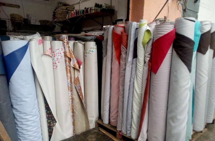 5de9a567400 Todo lo que necesitas para tapizar tu sala se encuentra en esta calle